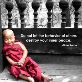 """""""אל תתן להתנהגות של אחרים להרוס את השלווה הפנימית שלך."""""""